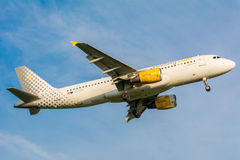 Nivån från den Vueling Airlines Clickair flygbussen A320 EC-KDT landar Arkivbilder