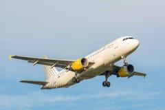 Nivån från den Vueling Airlines Clickair flygbussen A320 EC-KDT landar Arkivfoton