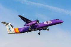 Nivån från det Flybe strecket 8 G-JECG förbereder sig för att landa Royaltyfria Foton