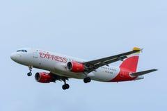 Nivån från Iberia den uttryckliga EC-MEG flygbussen A320-200 landar på den Schiphol flygplatsen Royaltyfria Bilder