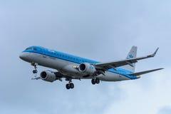 Nivån från KLM Cityhopper PH-EZO Embraer ERJ-190 landar på den Schiphol flygplatsen Royaltyfri Foto