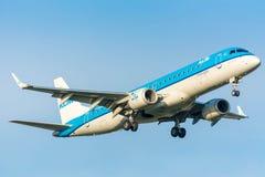 Nivån från KLM Cityhopper PH-EZP Embraer ERJ-190 landar Royaltyfri Foto