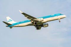 Nivån från KLM Cityhopper PH-EZS Embraer ERJ-190 förbereder sig för att landa Arkivfoton
