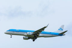 Nivån från KLM Cityhopper PH-EZS Embraer ERJ-190 landar på den Schiphol flygplatsen Fotografering för Bildbyråer