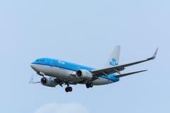 Nivån från KLM Royal Dutch flygbolag PH-BGG Boeing 737-700 landar på den Schiphol flygplatsen Arkivfoton