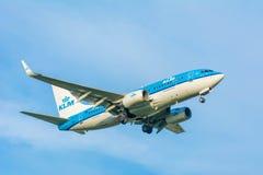 Nivån från KLM Royal Dutch flygbolag PH-BGR Boeing 737-700 landar Royaltyfri Bild
