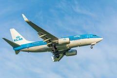 Nivån från KLM Royal Dutch flygbolag PH-BGR Boeing 737-700 landar Arkivbilder