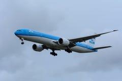 Nivån från KLM Royal Dutch flygbolag PH-BVN Boeing 777-300 landar på den Schiphol flygplatsen Royaltyfri Foto