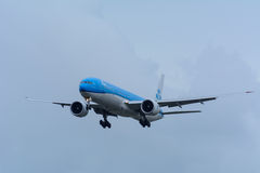 Nivån från KLM Royal Dutch flygbolag PH-BVN Boeing 777-300 landar på den Schiphol flygplatsen Fotografering för Bildbyråer