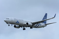 Nivån från KLM Royal Dutch flygbolag PH-BXO Boeing 737-900 landar på den Schiphol flygplatsen Royaltyfria Foton