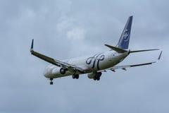 Nivån från KLM Royal Dutch flygbolag PH-BXO Boeing 737-900 landar på den Schiphol flygplatsen Arkivbild