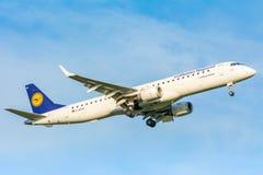 Nivån från Lufthansa Cityline D-AEMC Embraer ERJ-195 landar Arkivbilder