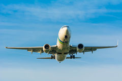 Nivån från Transavia PH-HSI Boeing 737-800 förbereder sig för att landa Arkivfoto