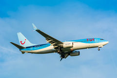 Nivån från TUI (Arkefly) Boeing 737-800 PH-TFF förbereder sig för att landa Arkivbilder