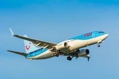 Nivån från TUI (Arkefly) Boeing 737-800 PH-TFF förbereder sig för att landa Arkivfoto