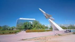 Nivån MIG-21 är en monument i fyrkanten av härlighettimelapsehyperlapse Aktau Kasakhstan lager videofilmer