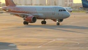 Nivån utför att åka taxi på flygplatstaxiwayen stock video