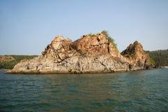 Nivati bascule des roches près de Tarkarli, secteur Sindhudurga, maharashtra photo libre de droits