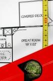 Niveau d'eau, règle de pliage et plans architecturaux Photographie stock libre de droits