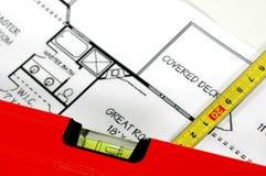 Niveau d'eau, règle de pliage et plans architecturaux images libres de droits
