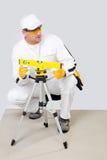 Niveau d'ouvrier mesuré avec un niveau de laser Photographie stock