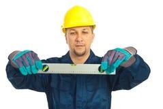 Niveau de fixation d'homme d'ouvrier de constructeur photo stock