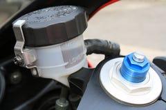 Niveau de pétrole de frein de moto et vis de charge initiale Photos stock