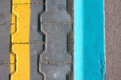 Niveau geasfalteerde weg met het verdelen gele strepen De textuur van het tarmac, hoogste mening stock afbeelding