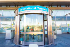 Niveau international H de départ de porte giratoire Photo libre de droits