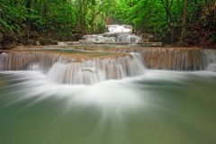Niveau Thaïlande de cascade à écriture ligne par ligne de Huay Mae Khamin premier Image stock