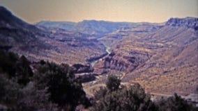 1972 : Niveaux d'eau de canyon de la rivière Salt fonctionnant bas de la sécheresse banque de vidéos