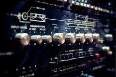Niveaux et boutons sur l'équipement audio électronique professionnel Images stock