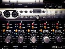 Niveaux et boutons sur l'équipement audio électronique professionnel Photo stock