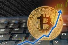 Niveaux les plus hauts en hausse des prix de flèche de devise de Bitcoin sur l'ordinateur de clavier avec le bitcoin d'or et d'au Photographie stock