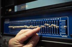 Niveaux réglant avec précision sur l'eq électronique professionnel d'audio d'égaliseur Image stock