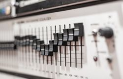 Niveaux sur l'équipement audio d'égaliseur électronique professionnel Photos libres de droits