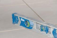 Nivel de burbuja de aire en un embaldosado del piso Fotos de archivo
