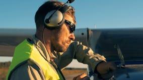 Nivel de comprobación experimental de aceite de motor en un aeroplano, cierre para arriba almacen de metraje de vídeo