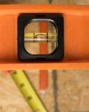 Nivel de la construcción y otras herramientas Fotos de archivo libres de regalías