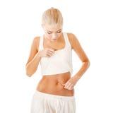 Nivel de medición de la grasa de la mujer apta en su vientre Fotos de archivo
