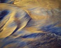 Nivel del agua borroso del otoño del río imagen de archivo libre de regalías