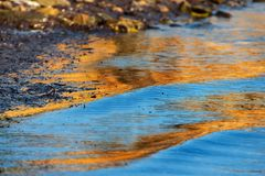 Nivel del agua con el color azul y de oro, detalle fotos de archivo libres de regalías