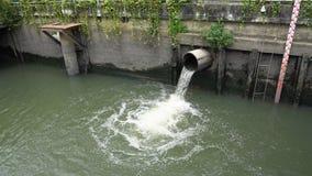 Nivel del agua en el canal después de la precipitación, dren de la ciudad del alcantarillado metrajes