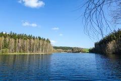 Nivel del lago debajo del cielo azul Imagen de archivo libre de regalías