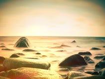 Nivel del mar pacífico de la mañana con las piedras en nivel del mar pacífico Horizonte rosado Fotografía de archivo