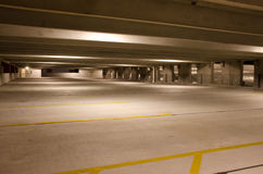Nivel vacío del edificio del estacionamiento en la noche Imagen de archivo