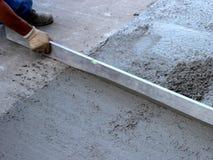 Nivelación del concreto fresco Foto de archivo libre de regalías