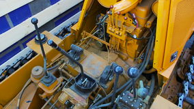 Niveladora amarilla con las conexiones caucho y mangueras almacen de video