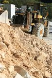Niveladora en una mina del m?rmol de Carrara Una KOMATSU grande mec?nica fotografía de archivo libre de regalías