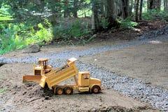 Niveladora y camión pesados del equipo Imágenes de archivo libres de regalías